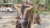 柬埔寨女人,居然当街这样洗澡