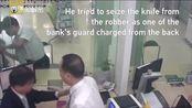 劫匪在银行柜台伺机而动,看到女子在取钱就上去了!