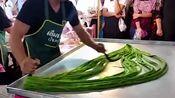 """泰国大厨街头制作另类""""龙须糖"""",8字旋转百遍,糖像头发丝一样细腻"""