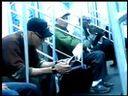 男子在地鐵舔鞋搞笑 fashion.ishowx.com 流行服饰推荐
