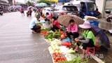 来到韶关仁化县城,逛逛当地的地摊式菜市场,卖菜的大多为农家人