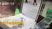 【重庆】熊孩子往下水道扔鞭炮 井盖瞬间被炸飞