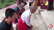 福建龙岩农村风俗,大家要向两个坛子下跪行礼,你们有见过吗