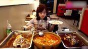 大胃王萌妹子吃烤鱼,三大盘烤鱼一个人吃完,最爱的是酥脆的鱼皮