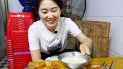在广西柳州,喝豆浆配油条,深夜比早上热闹!3元小吃店,越晚人越多