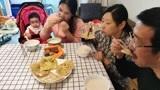 儿媳妇做早餐鸡蛋灌饼和豆浆,公公晨练回来闻见香,婆婆夸好吃