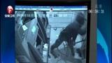 [超级新闻场]黑龙江 男子声称要取钱 持铁棍砸坏取款机