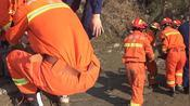 安徽省芜湖一男子被困泥潭中,消防员及时赶到,现场情况十分危急