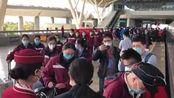 贵州、湖南医疗队登车 火车站工作人员一一致谢:欢迎你们再来!