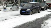 五菱宏光车主估计吓坏了,想着也没违反交通规则啊,怎么就被拦了呢