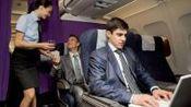 看, 乘客向空姐索要微信、等联系方式时, 空姐是怎么做的?