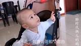 二胎家庭容易偏心,一个桃子引发六个月宝宝的不满