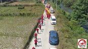 福建龙岩长汀县扛菩萨民俗,要围着村子巡游一圈,村民放鞭炮迎接