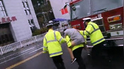 【重庆】暖心!女子身体不适 交巡警迅速背起送医-实拍山城-掌闻实拍