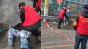 大连一村民闯卡起争执,防疫志愿者将其撂倒,并骑身连打数拳