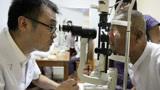 激光可以治疗近视,为什么很多眼科医生还戴着眼镜?
