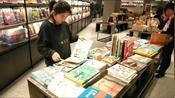 中华百里第一街skp 商城内的现代书城,吸引了大量年轻人。