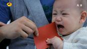 夫妻去民政局离婚,怎料宝宝抓着结婚证不松手,一开口让夫妻俩惊呆了