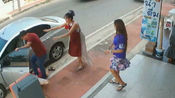 泰国女子遭丈夫当街家暴 幸亏邻居及时出手相救才死里逃生