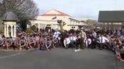 新西兰1700名中学生集体起舞 为逝世老师送行