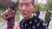 77岁老人自购音响设备与大家在公园k歌