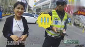 呆萌女司机驾照花1.8万买的,把交警都搞懵了,要求交警给自己拍美点
