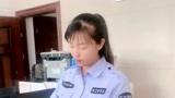 美女教练在给学员发驾驶证,看她的样子就很高兴!