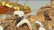 很久很久以前,在印度有一个摩喜施末底王国。国王死后,王位的争夺在两个年轻人巴霍巴利(帕拉巴斯饰)和巴拉迪瓦(拉纳·达格巴帝饰)之间展开。