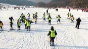 南方孩子也想来!滑雪溜冰打冰球 东北小学生滑雪场上体育课