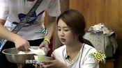 白举纲给杨紫盛饭,杨紫眼巴巴看着勺子:盛这么点怎么够吃?