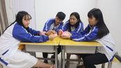 4个学生玩剪刀石头布,赢的人得无硼砂泥,玩到最后赢的人却输了
