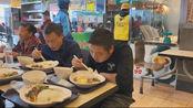 """瑶哥今天去广西贺州游玩,中午点了个""""烧鹅饭""""还送了个鸡蛋,太好吃了"""