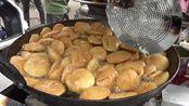 印度新德里的街头早餐 油炸馅饼,每天只卖4个小时。