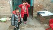 勿忘初心 双拐树先生和孩子们,中国梦 残疾人养了两只小鸽子展翅飞 走进菏泽郓城县贫困家庭生活实录