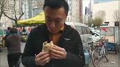 大饼夹素卷圈,这绝对是到天津必吃的早点之一!都怪食物先动手了