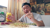 小伙挑战吃鱼腥草,那种鱼腥味第一口就没忍住-飞哥来一发-李飛爆笑视频