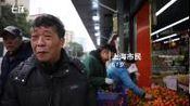【年货备啥 | 老年人爱逛店:现在每天像过年】近日,上海。年关将至,不少老人出门采购年货。部分老人表示,现在去店里购买年货非常方便,几乎不用...