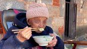 95岁老人有10个孩子,孝顺的女儿在娘家,看看给老娘做啥吃的