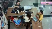 几个女孩正在办理业务,监控却拍下这样的一幕
