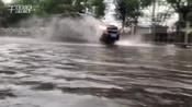 【江西】上饶突降暴雨致道路积水严重 市民徒手疏通下水道-江西资讯-路边新鲜事