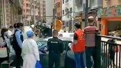 #网曝大量回国人员从香港进入深圳#在深圳湾口岸设置了深圳十一个区的分流处及大巴,工作人员按照他们的居住地进行分流。
