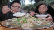 """2斤猪蹄,3斤豌豆,做一份""""蹄花汤""""汤汁浓郁,脱骨软烂,很下饭"""