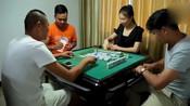 三男一女打麻将,当手气不好老输钱时,教你一招大杀四方!-搞笑欢乐多-飞流尿下三千尺