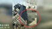 突发!黑龙江绥化一辆拉黄豆挂车翻了 车也干废了黄豆撒了一地