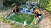 农村兄弟野外修建假山流水, 养起了鱼儿, 这样养鱼能养活吗?