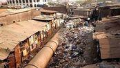 印度最大的贫民窟,人们睡在水管里没有隐私可言,对面就是富人区