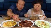 韩国农村家庭的一顿饭:胖儿子不在家,看看老两口做了哪些家常菜