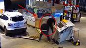 两个男子打劫自助取款机,以失败告终,下一秒谁能憋住不笑