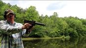 """MAC-10冲锋枪,双手紧握靶场射击,感觉有点像大号""""手枪"""""""