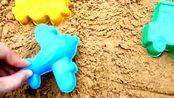 幼儿益智玩具:沙滩上玩模具学习飞机、小火车的颜色和名称